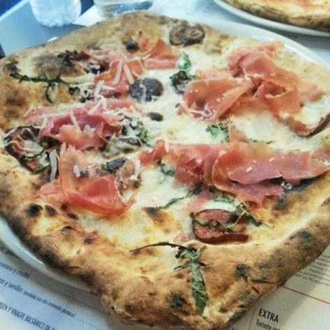 pizza de bufala con higos, jamón de parma y rúcula