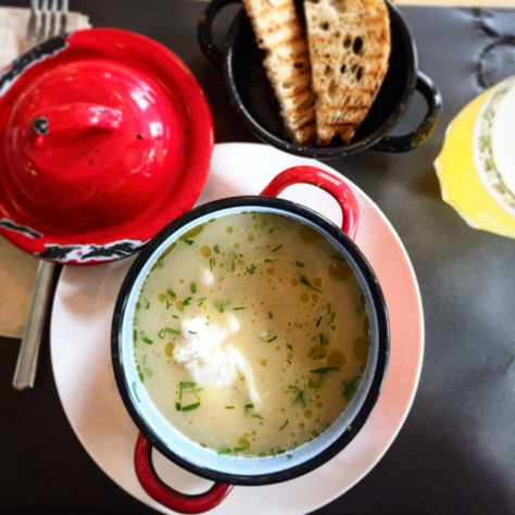 sopa de cebolla con huevo poché